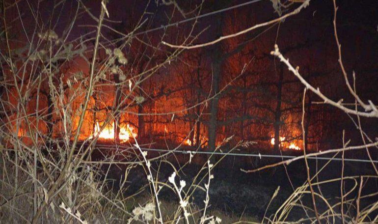 Voraz incendio en una chacra de Fernández Oro