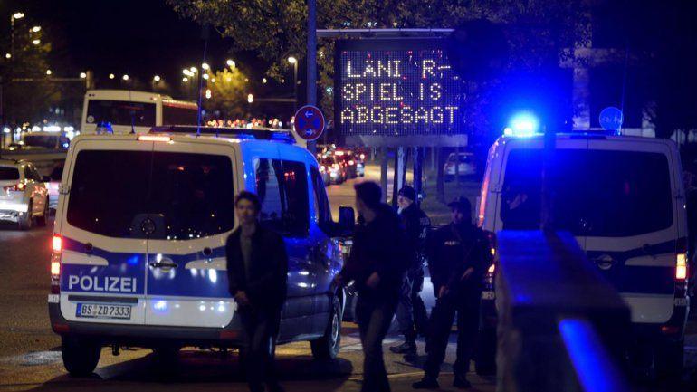 Medios europeos afirman que hay una ambulancia repleta de explosivos fuera del estadio.
