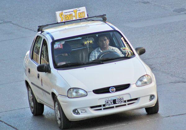 Controlan el servicio nocturno de taxis