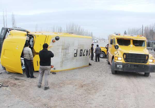 Espectacular vuelco de un camión transportador de caudales en la Ruta 151