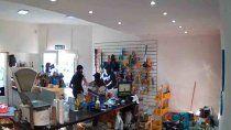 video: empleada echo a empujones a los ladrones de un comercio