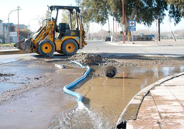 Arsa reparó la rotura de una tubería en avenida Alem y Kennedy
