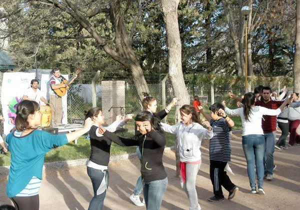 Cita folklórica en el parque Rosauer