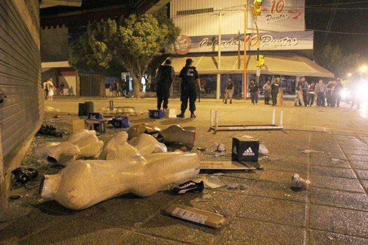 Destrozos de comercios e intentos de saqueos en una noche violenta