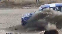 Auto de Rally embistió al público tras salirse de una curva.