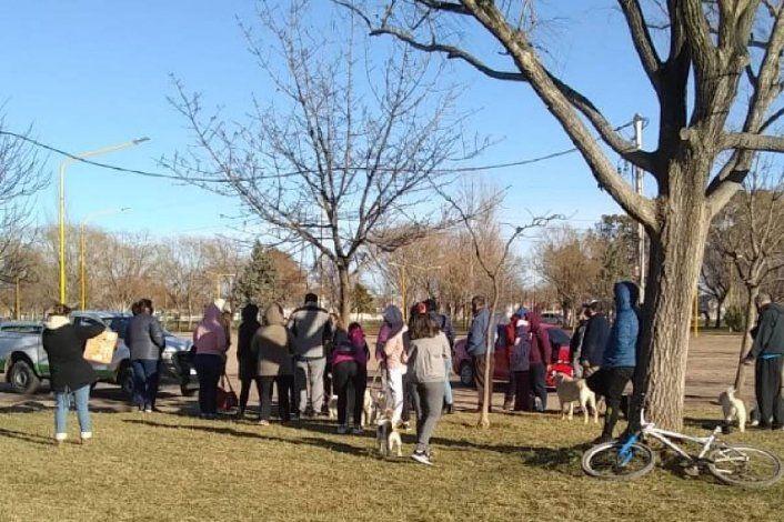 Vecinos enojados con la Muni porque los plantó para vacunar a sus mascotas