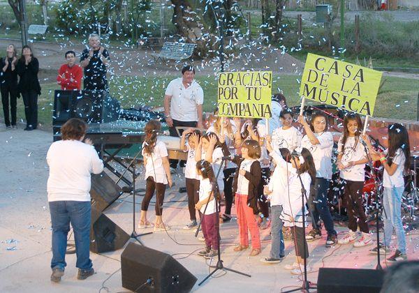 Fiesta musical en estreno de renovado anfiteatro