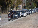Largas filas de vehículos para cargar combustible en Neuquén. Foto: Sebastián Fariña Petersen/LMNeuquén