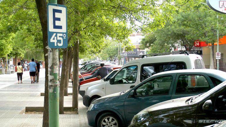 El estacionamiento en el centro de la ciudad es cada vez más problemático por la creciente cantidad de vehículos.