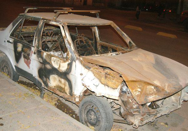 Auto particular destruido por el fuego