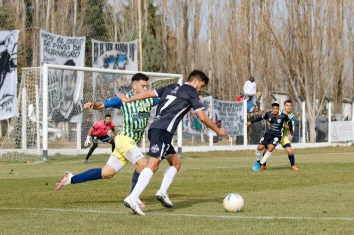 Nicolás Trecco intenta sobre la marca de un defensor de Juventud.