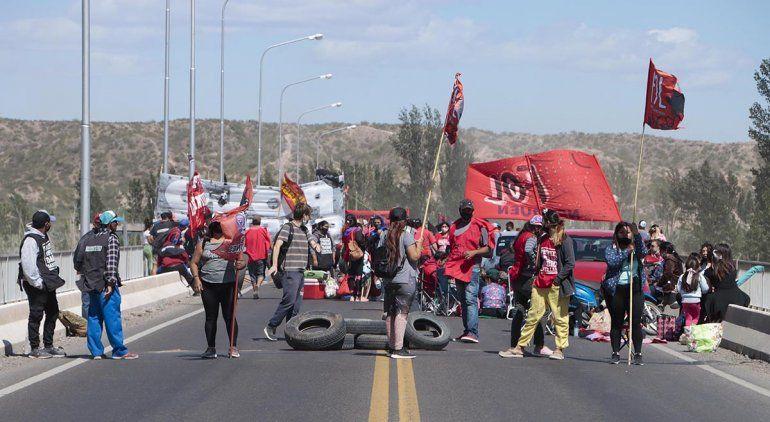 Organizaciones sociales vuelven a cortar el puente
