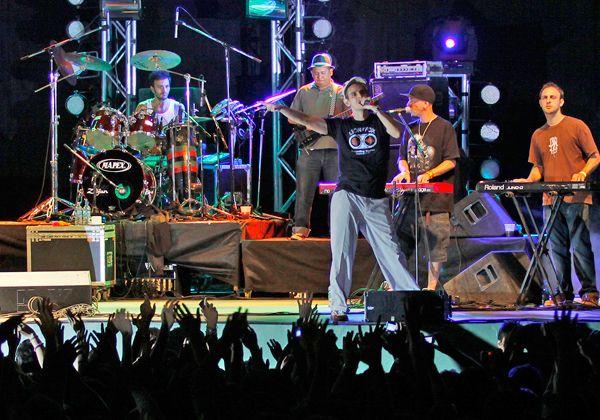 La Pera elige a su reina al ritmo del reggae de Los Pericos