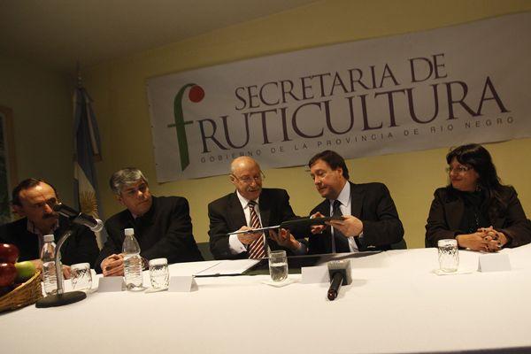 El gobernador firmó el acta-acuerdo con CFI