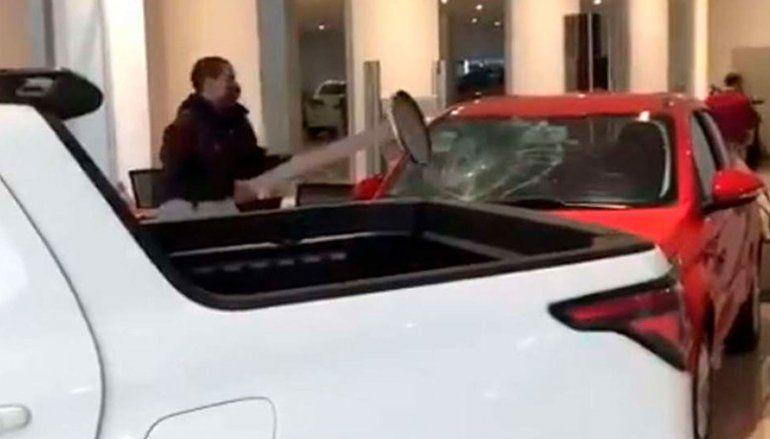 Video: enloqueció y destruyó autos 0km de una concesionaria