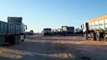 bloqueo en allen: camioneros reclaman compromiso de ngr