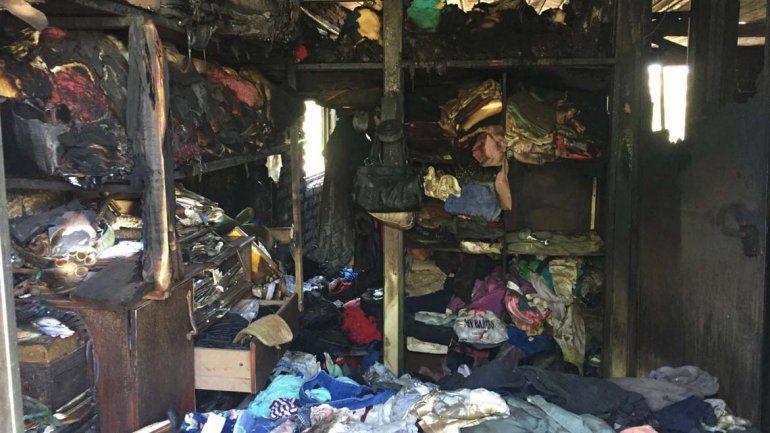 El fuego consumió todas las pertenencias que había en su interior.