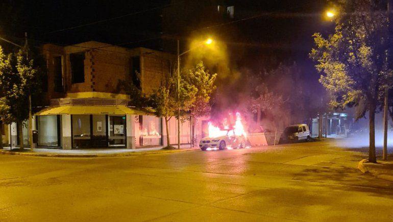Dejó su BMW estacionado y se le prendió fuego