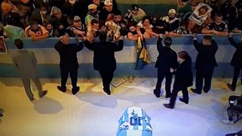Con forcejeos y corridas, comenzaron a despedir a Diego Maradona