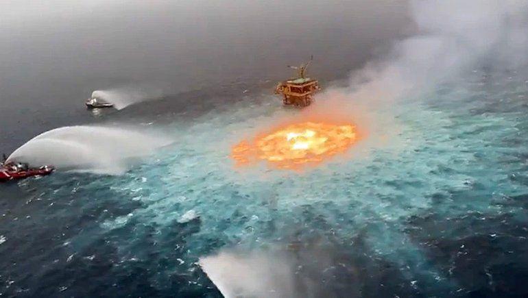Explotó una cañería de petróleo y se incendió el mar