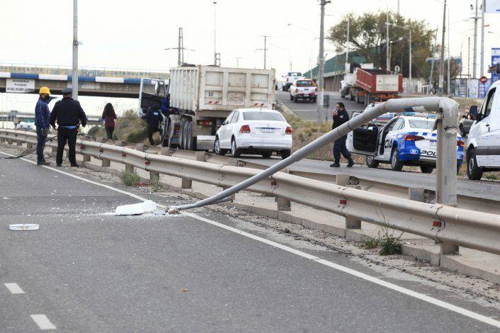 Un camión con la caja levantada arrancó un cable y dejó sin internet a la región