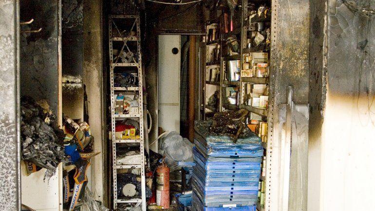 El depósito de la farmacia quedó completamente arruinado por el fuego.
