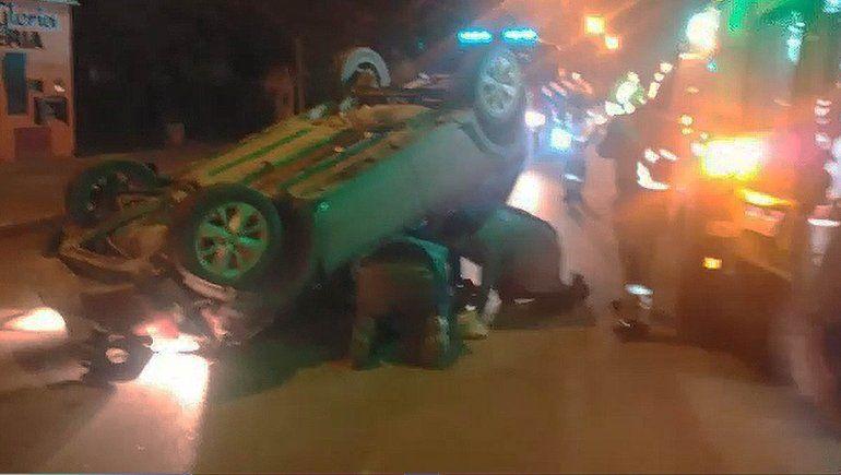 Brutal accidente: chocó contra un auto estacionado y volcó