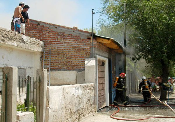 Voraz incendio destruyó casi en su totalidad una casa en Don Bosco