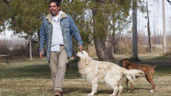 dejo los negocios para vivir en comunidad y cuidar perros