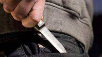 amenazo a los clientes de un gimnasio con un cuchillo y escapo