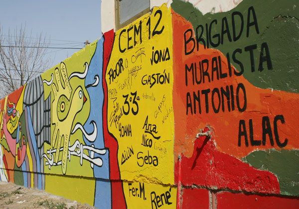 Alumnos embellecieron el CEM 12 con un gran mural