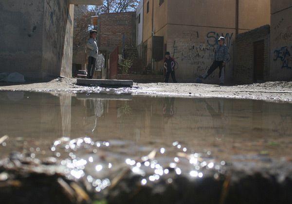 Otro derrame de líquidos cloacales en calles cipoleñas
