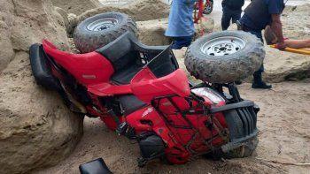 El cuatriciclo de gran cilindrada, averiado tras la caída de cuatro metros. Uno de sus ocupantes sufrió fracturas.