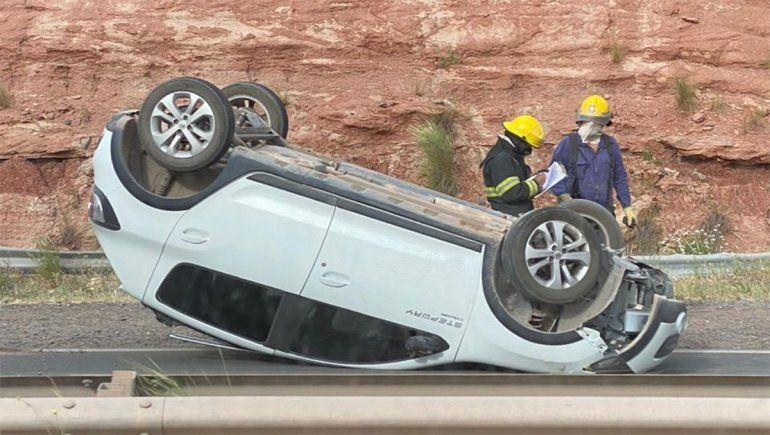 El viento voló la carga de un furgón y provocó el vuelco de un auto
