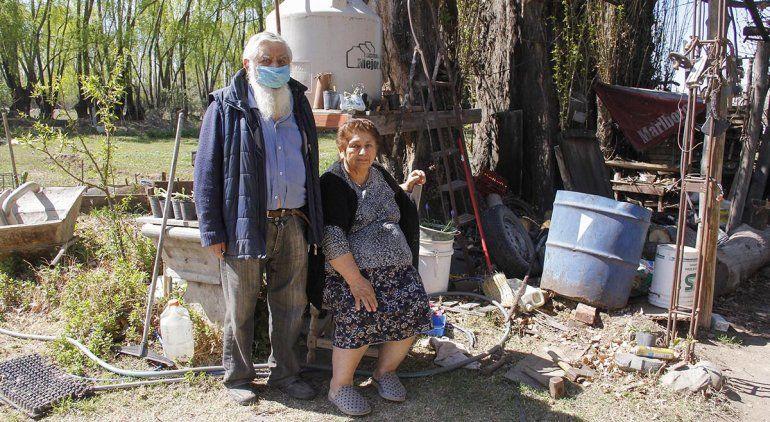 Abuelos denuncian que instalaron una toma en su chacra