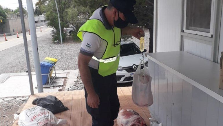 Lo atraparon intentando transportar 400 kilos de carne ilegal sobre la Ruta 151