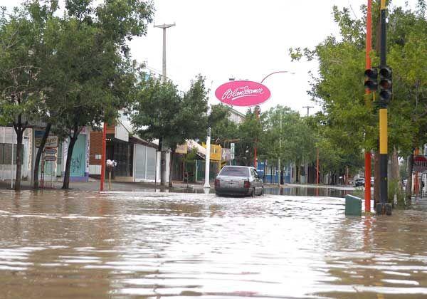 Intenso aguacero anegó calles, dificultó el tránsito y provocó cortes de electricidad