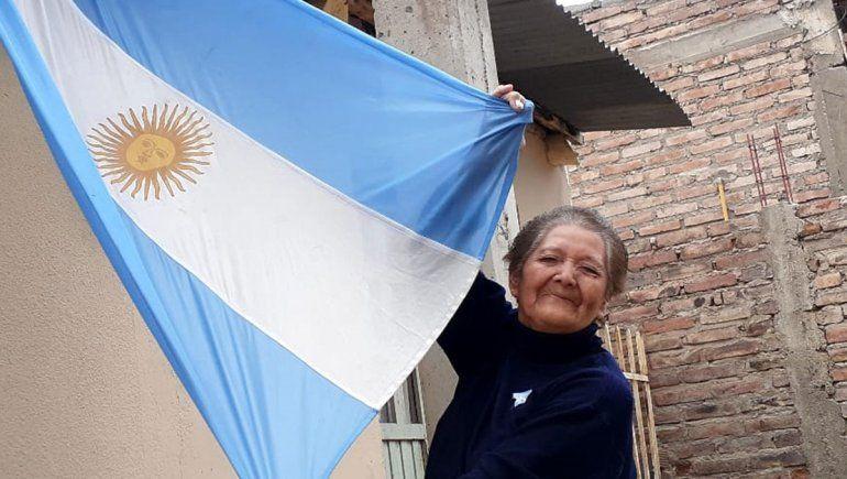 La abuela patriota que se sigue emocionando con la bandera