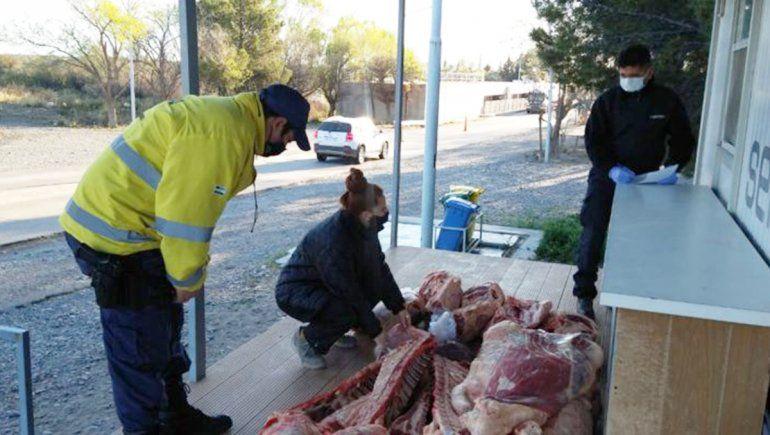 Lo pararon en un control y se dio a la fuga: llevaba más de 400 kilos de carne ilegal