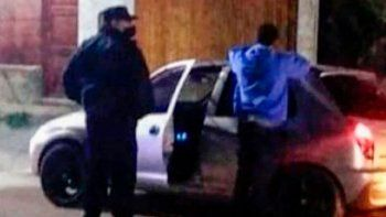 Un joven de 19 años quedó detenido tras circular con COVID y toserle a unos policías.