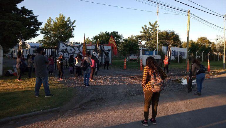 Organizaciones sociales de Neuquén cortan los puentes carreteros