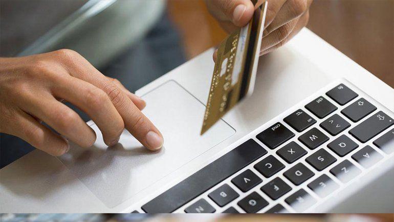 La mujer pagó la compra por internet