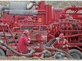 Por despidos, petroleros paran una base de Halliburton