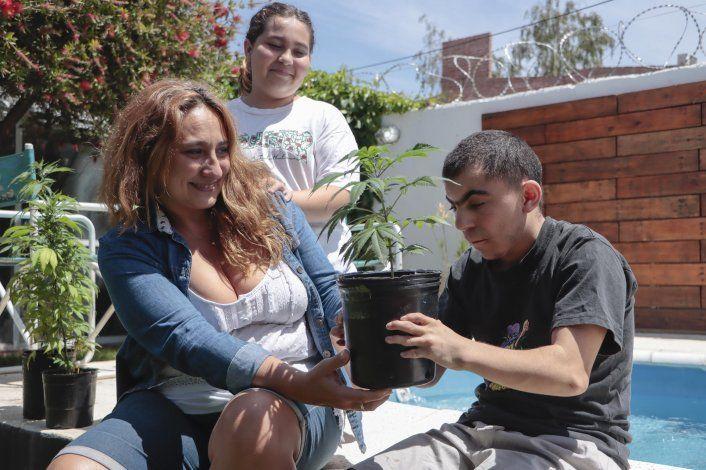 Fernando junto a su hijo Giuliano, una de las familias que necesita el aceite medicinal.