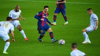 Messi rodeado de marcadoes del equipo