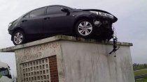 un auto despisto y termino en el techo de una garita de colectivos