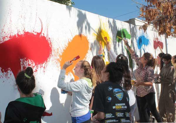 Alumnos del Almafuerte pintaron un mural
