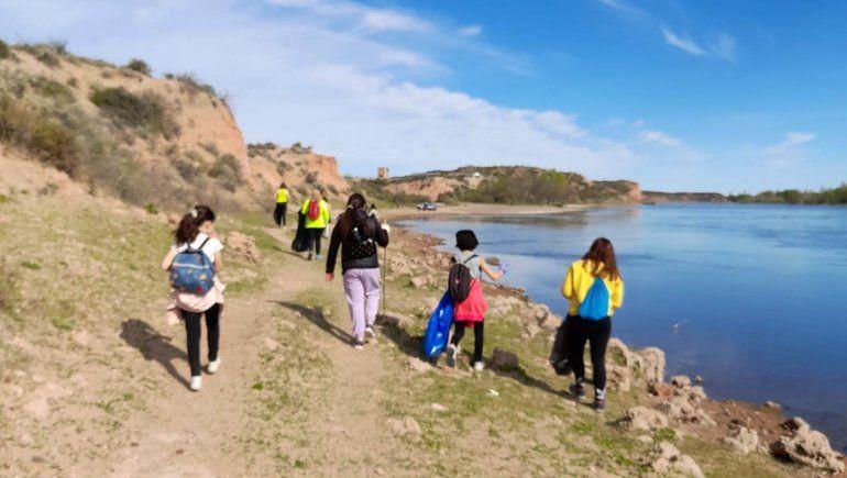 Se unen para limpiar la costa del río en la Isla Jordán