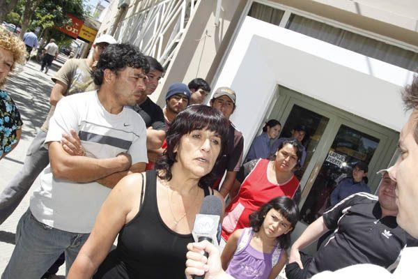 Trabajadores toman el Municipio y el Concejo Deliberante de Cinco Saltos