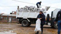 entregaron mas de 1100 bolsas de lena en el barrio obrero a
